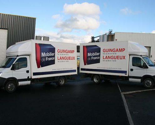 Impression numérique sur deux véhicules de livraison